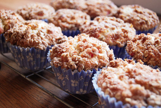 Rows of rhubarb crumble muffins.