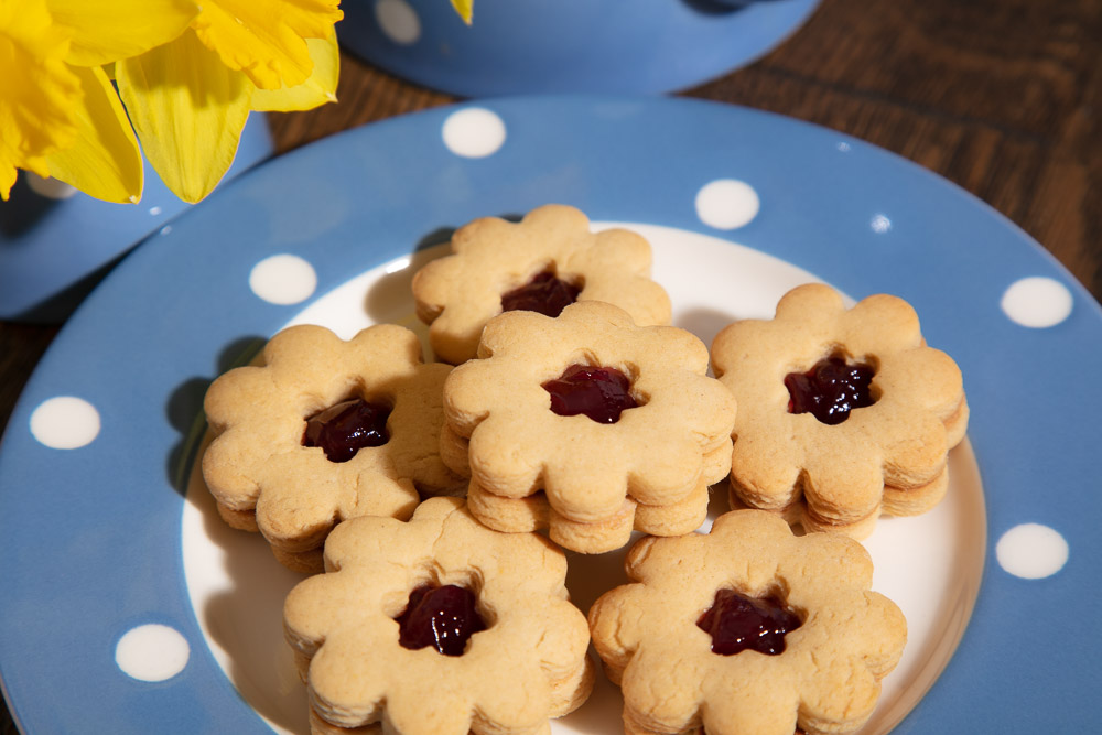 Flower shaped biscuits filled with jam.