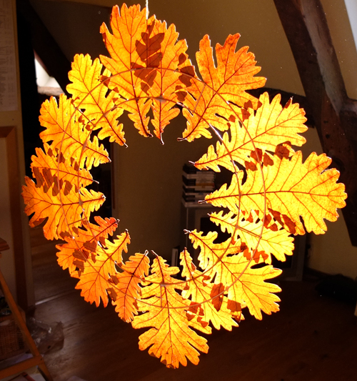Easy Fall leaf wreath - perfect for autumn decor or fro Christmas!