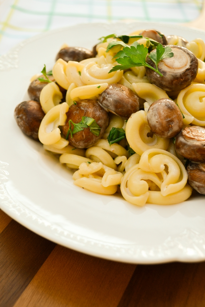 summer pasta recipes - vegetarian creamy chestnut mushroom and fresh herb pasta salad