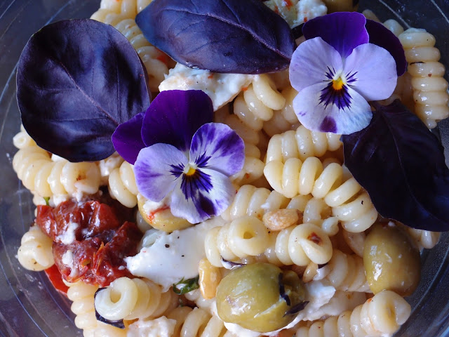 Pasta salad with oak smoked tomatoes from the veghog.