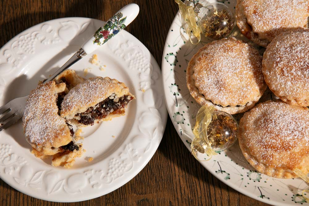 Vegan mince pies dusted with icing sugar